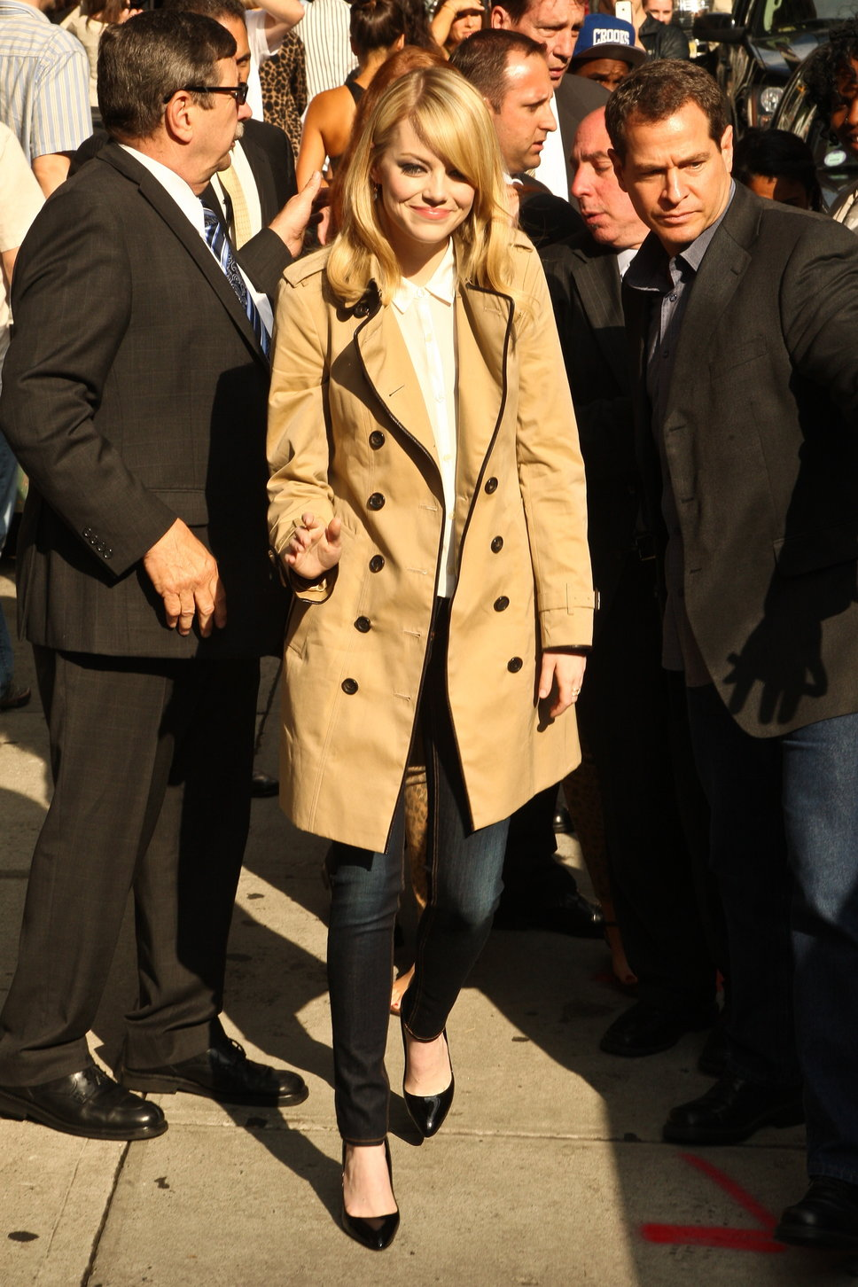 emma_stone_trench_coat_blonde