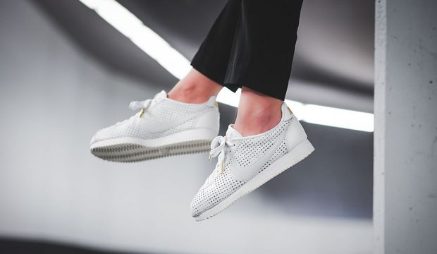 С чем носить белые кроссовки?